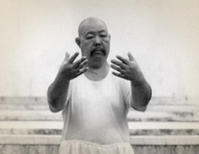 El Maestro Wang Shu Chin practicando chan chuang